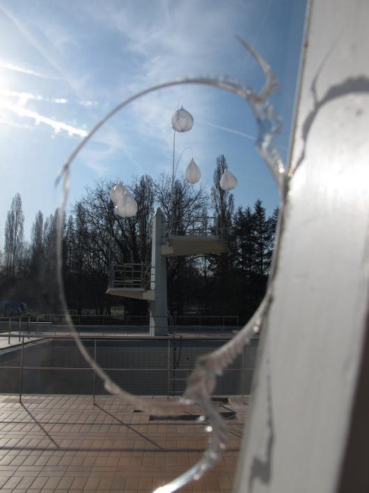 Les cannes gouttes vu au travers d'une vitre cassée.
