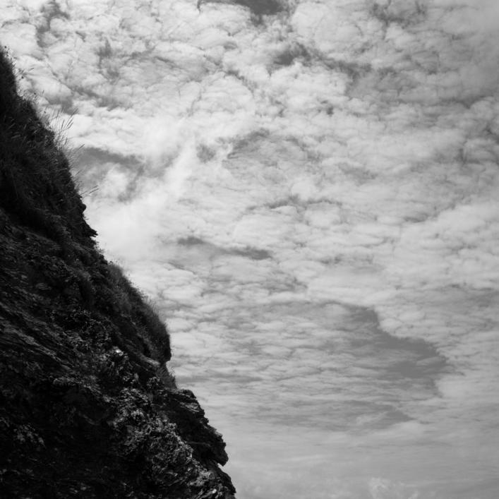 Contraste entre les rochers et les nuages en fond.