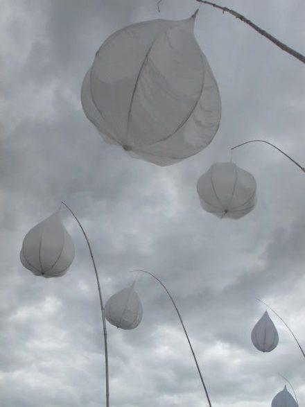 Gouttes de toile sur nuages gris