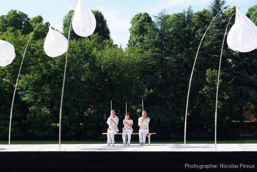 3 danseurs sur un banc