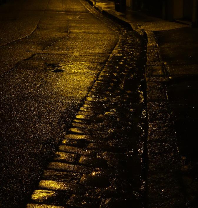 pavés luisant la nuit