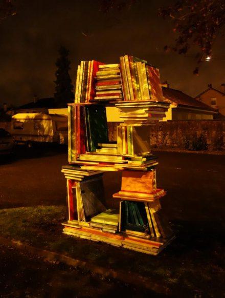 Sculpture en forme de B constitué de livres