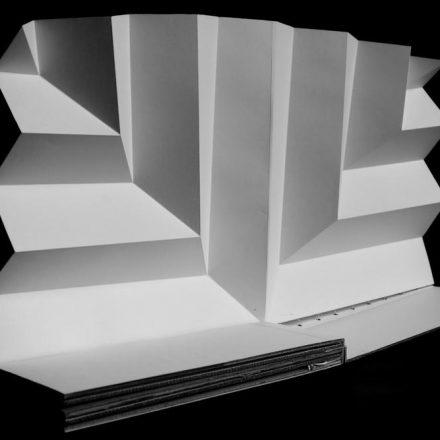 Pop up de papier composé de plis alternativement éclairés ou dans l'ombre