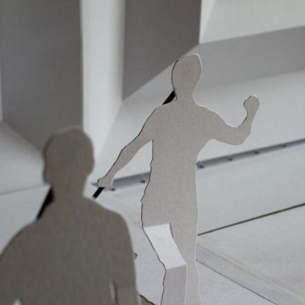 Une silhouette humaine de papier blanc découpé