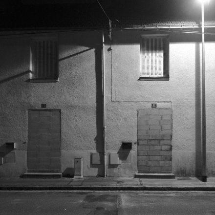 Portes murées, de deux maisons en attente de destruction