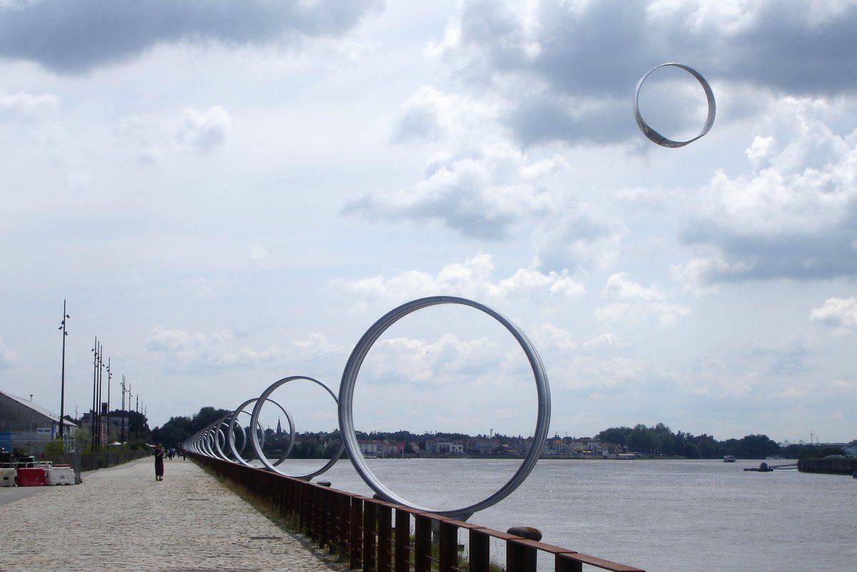 cerf-volant en anneaux audessus de ceux de Buren à Nantes