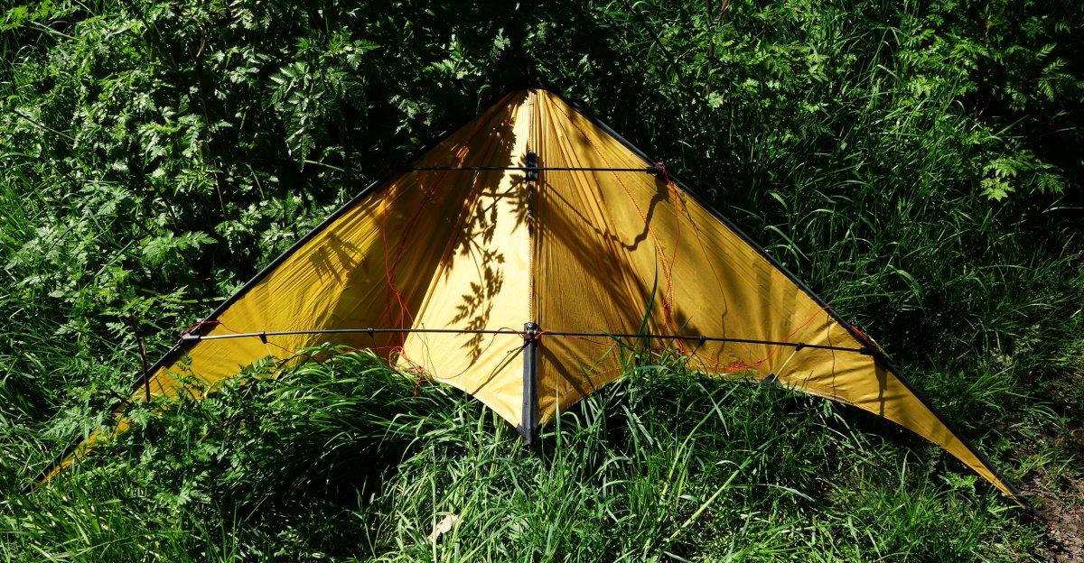 cerf-volant jaune dans l'herbe haute