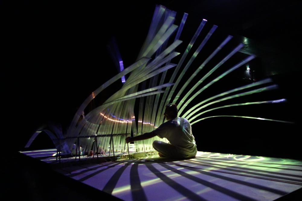Scéne des cils du spectacle pop up, une serie de lames de polycarbonates se déploient dans les airs