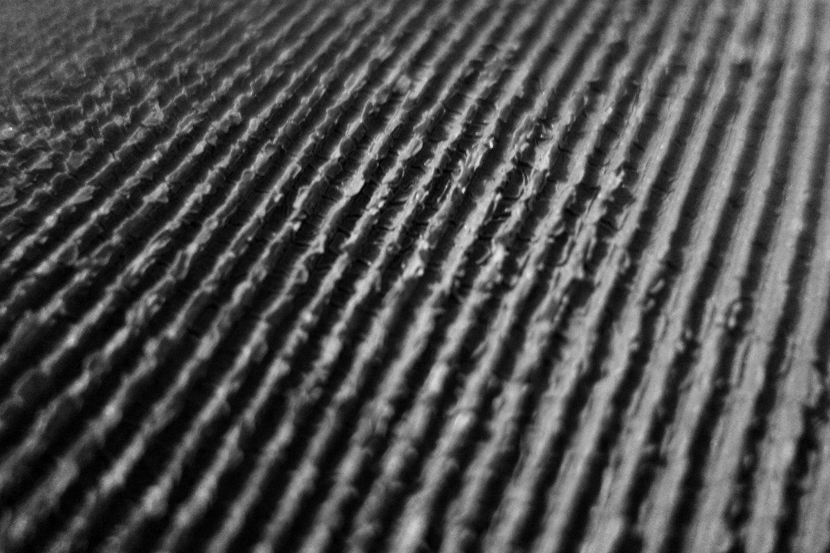 photos noir et blanc de sillons en diagonale