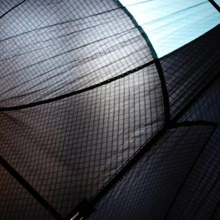 Toile de cerf-volant noire et bleue, vue en transparence