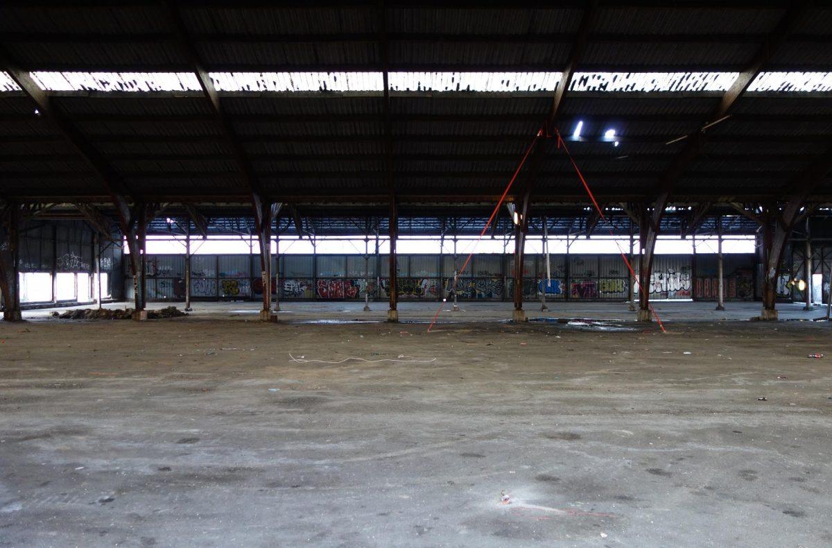 un gymnase abandonné se délabre
