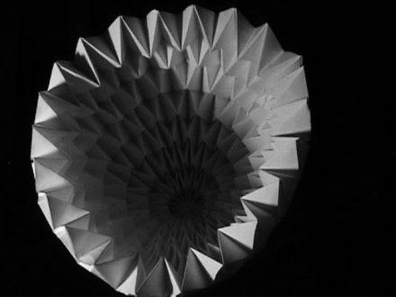 Cône de papier plié de façon répétitive