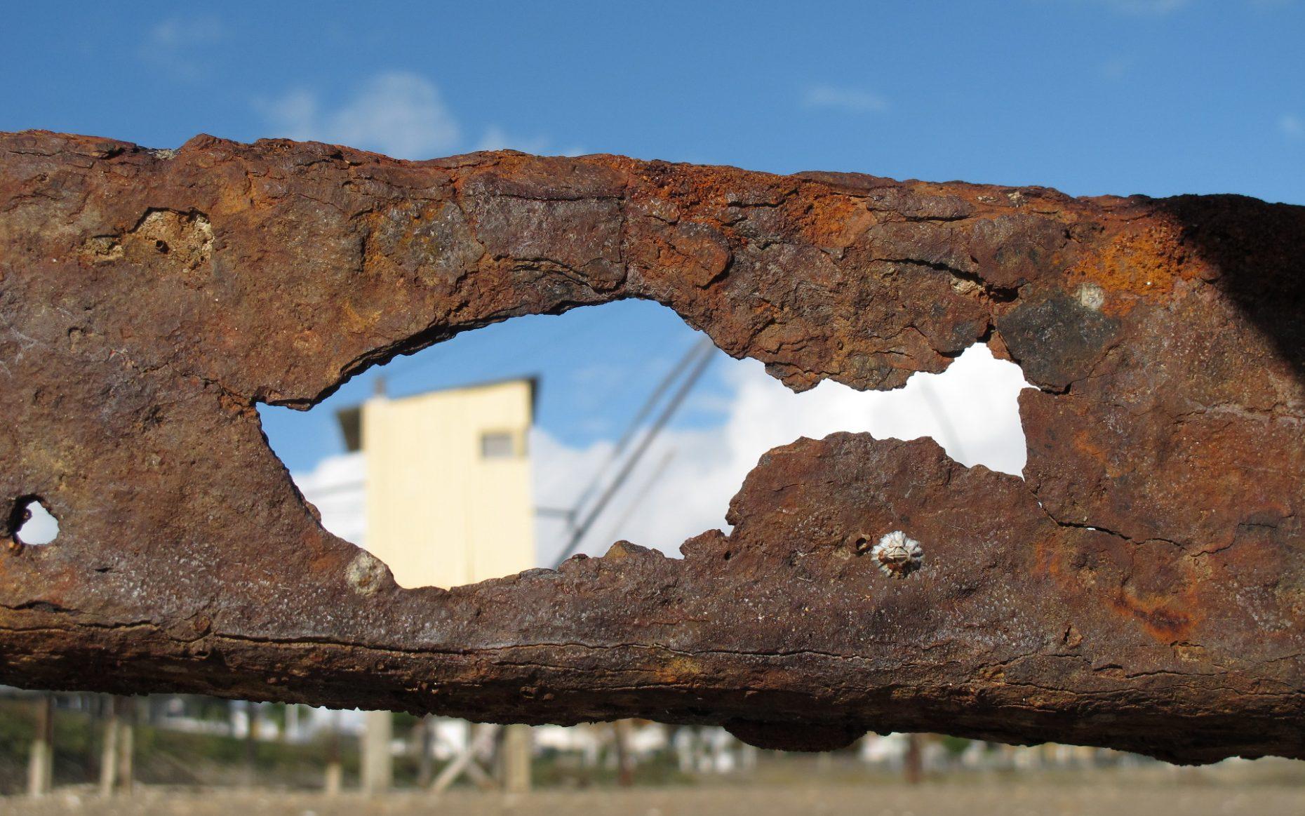 un trou dans la rouille sculpte un poisson dans un morceau de métal