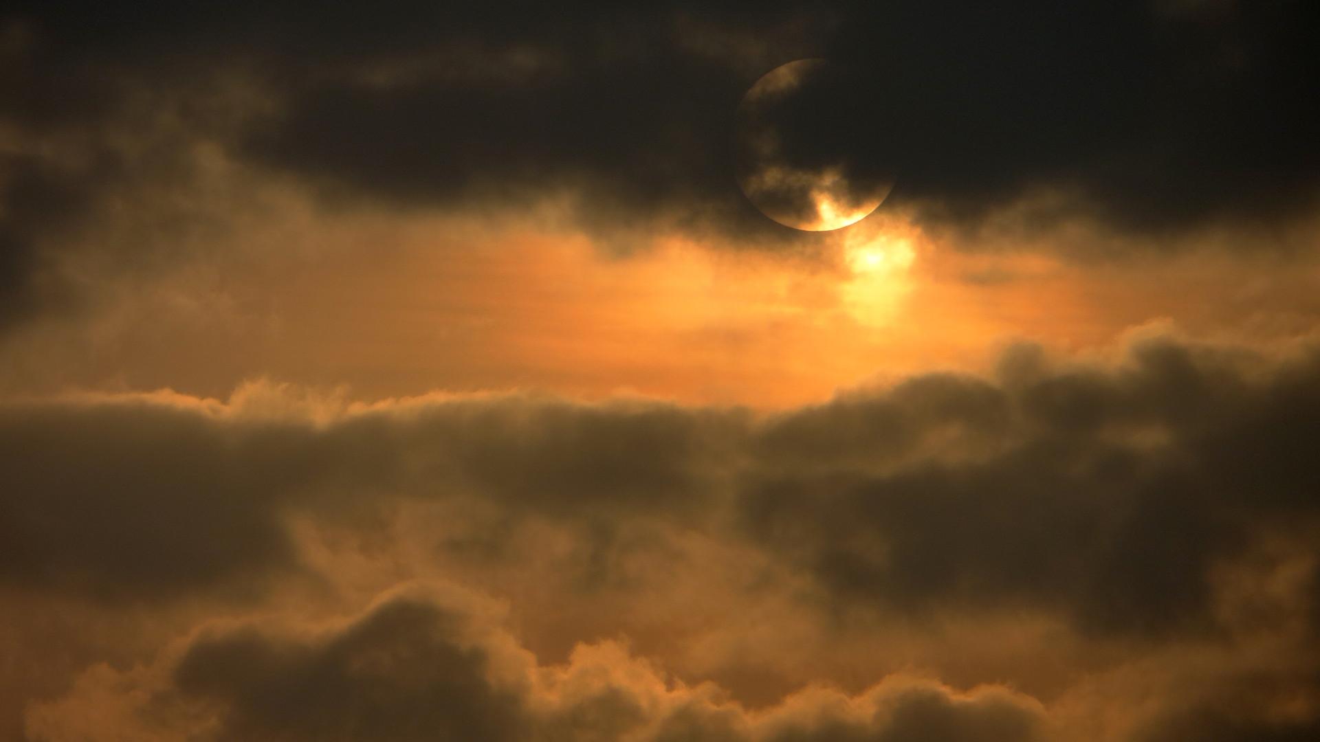 Soleil caché derrière un nuage