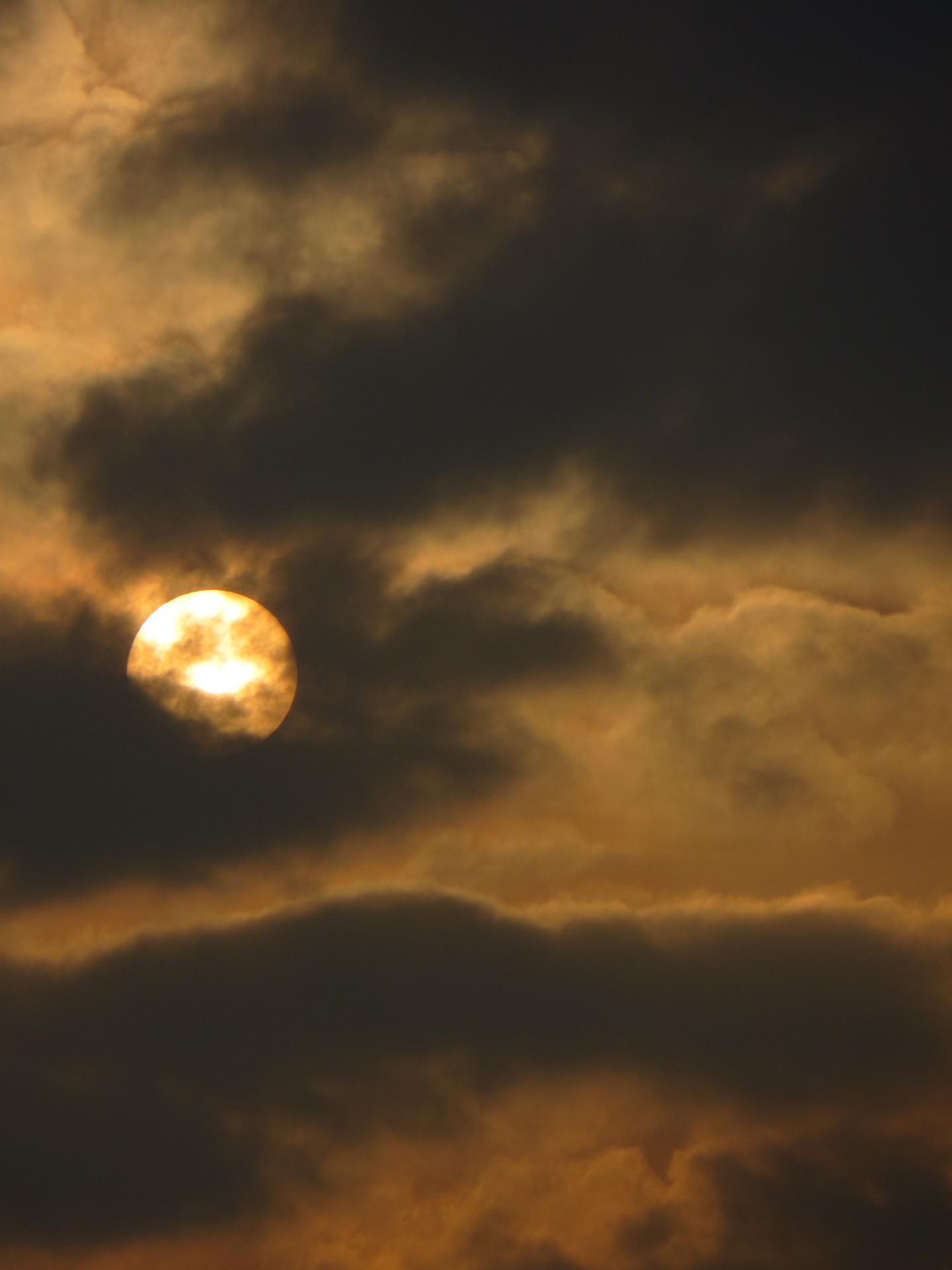 Soleil et nuages gris sur fond or