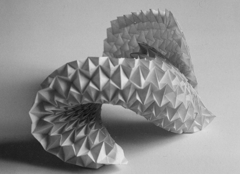 Vague de papier pliée d'un module répété