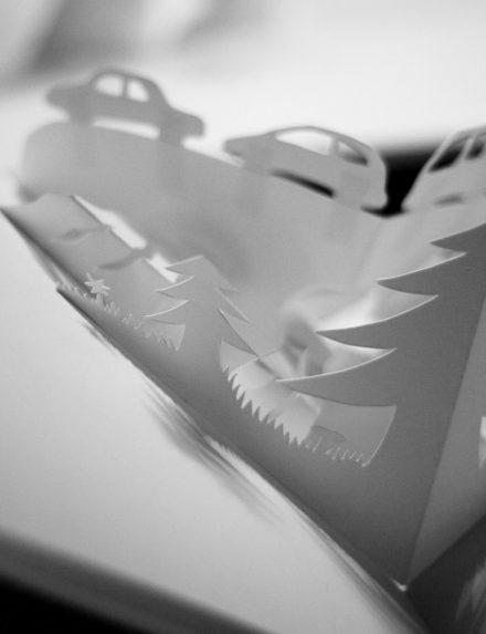 Arbres et voitures de papiers