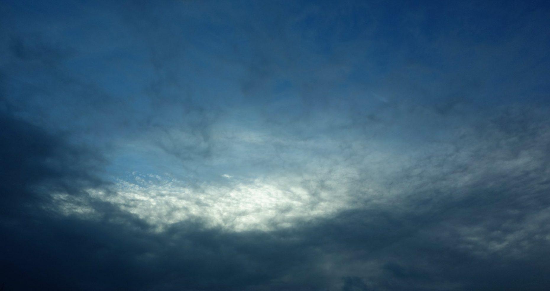 Éclaircie dans un ciel nuageux