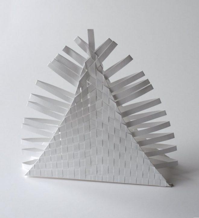 scultpture de papier en pyramide