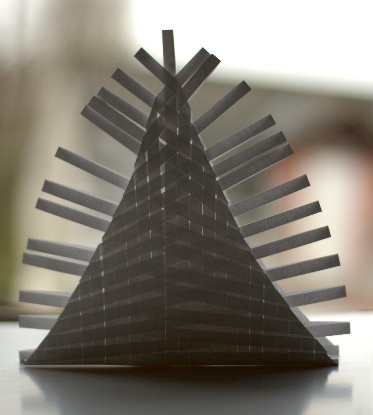 pyramide de papier tissé