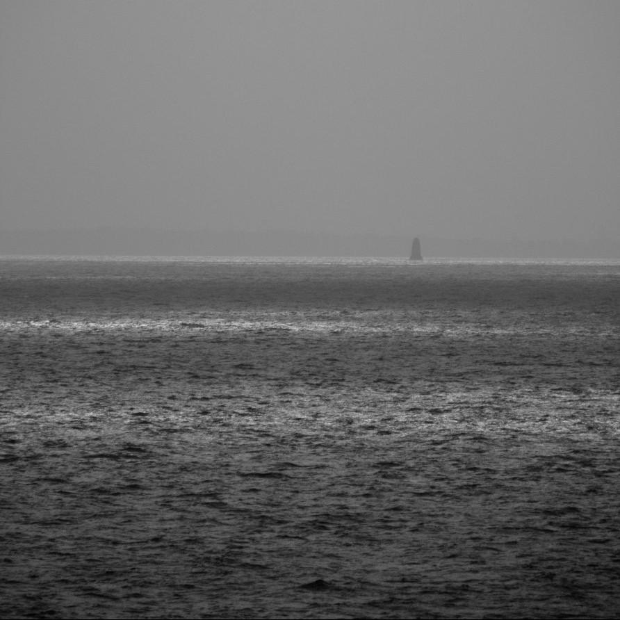 un miniscule phare au bout de la mer