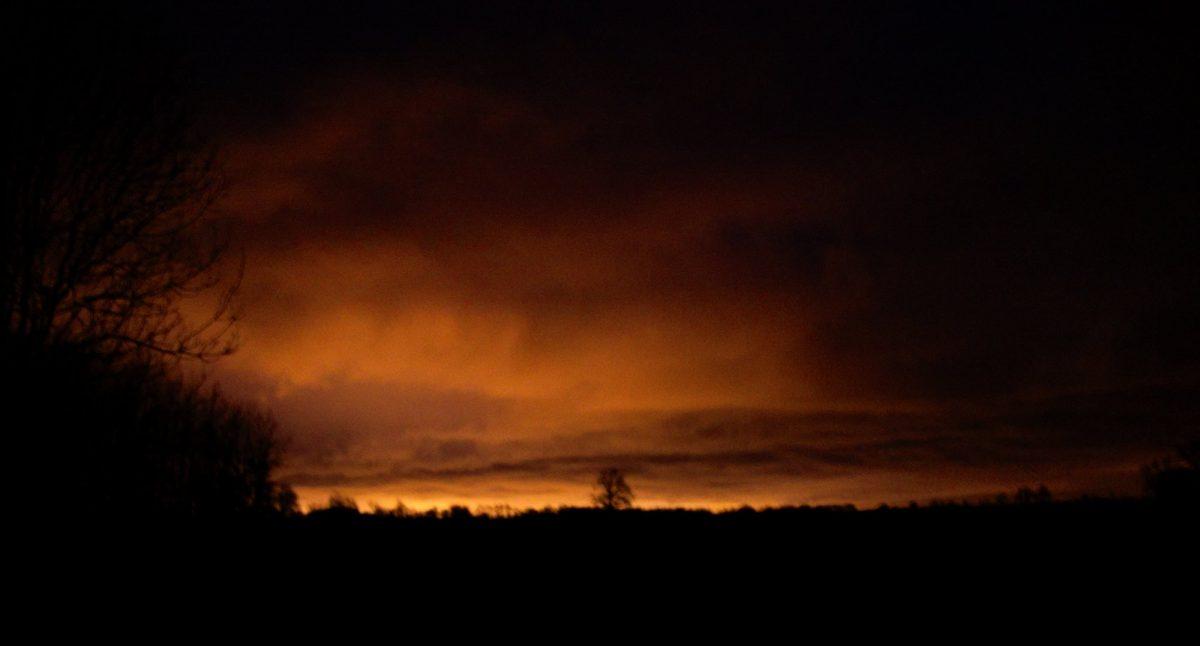 lueur de la ville dans un ciel de nuit