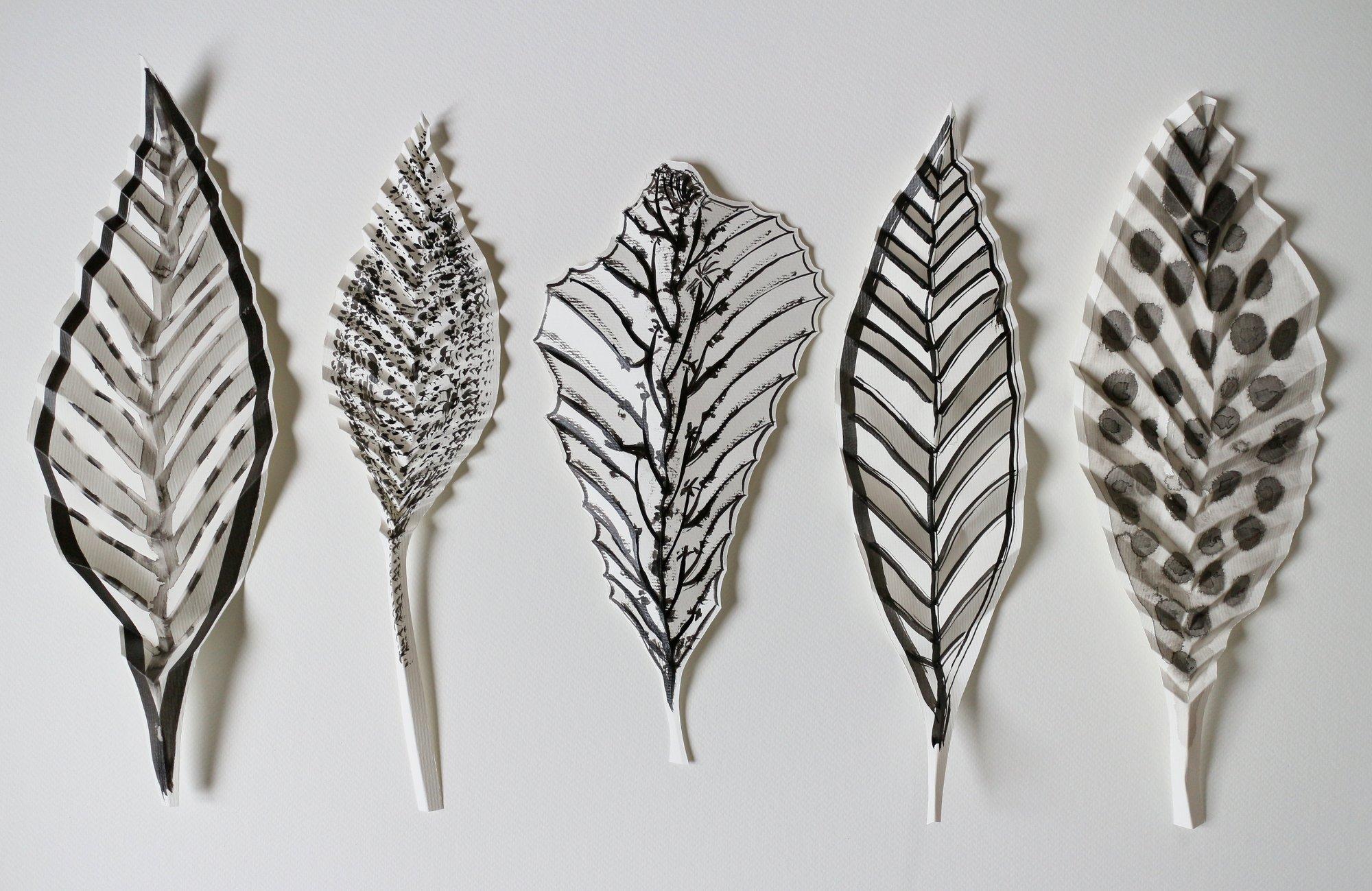 feuilles de papiers peintes et pliées