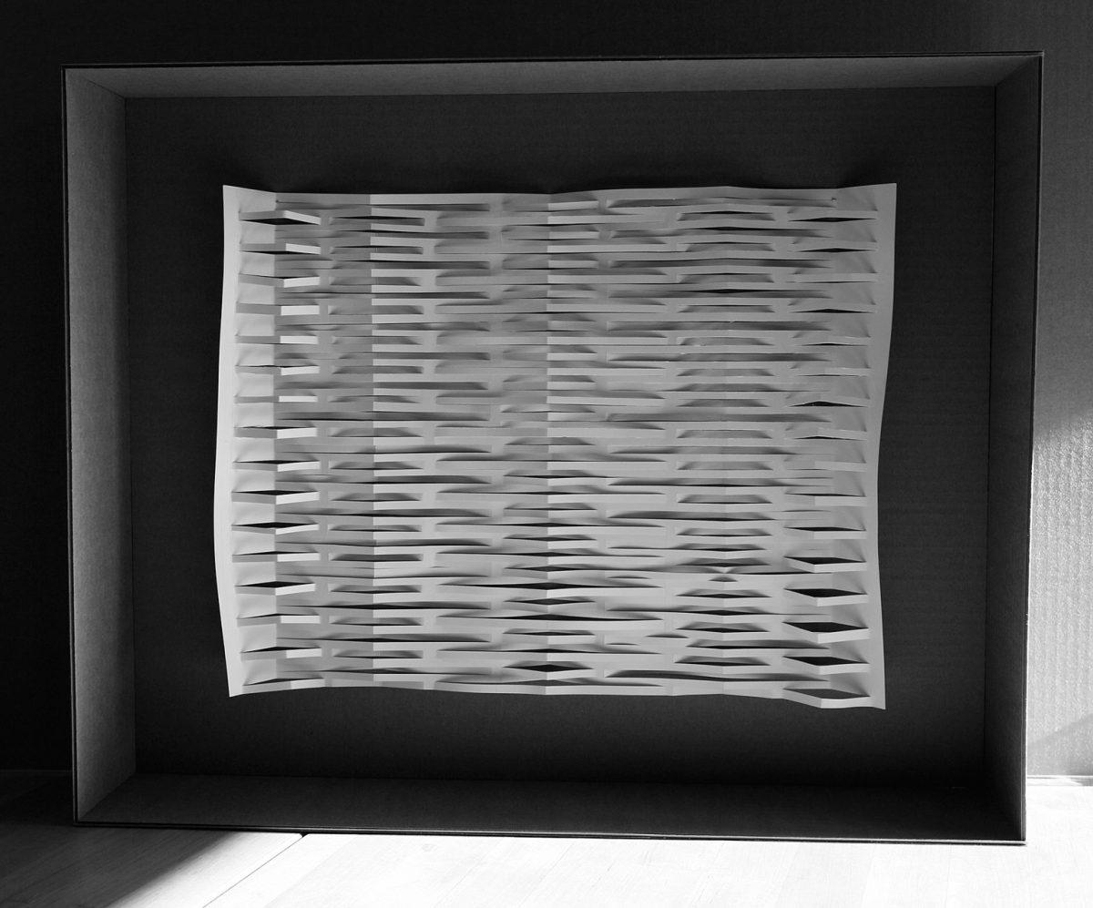 feuille de papier découpée et pliée dans un cadre en carton ondulé