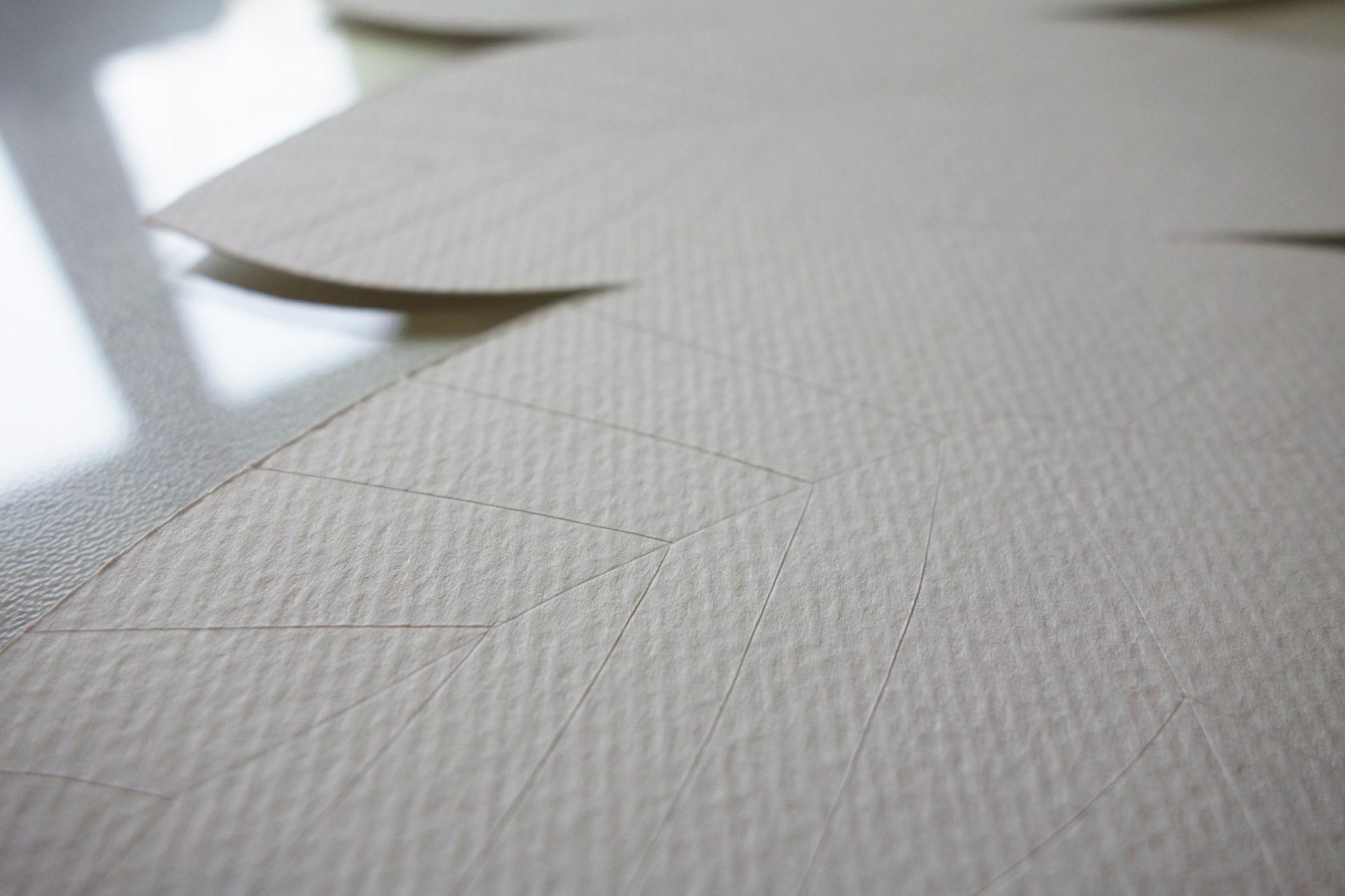zoom sur le rainurage des nervures au cutter de la feuille en papier