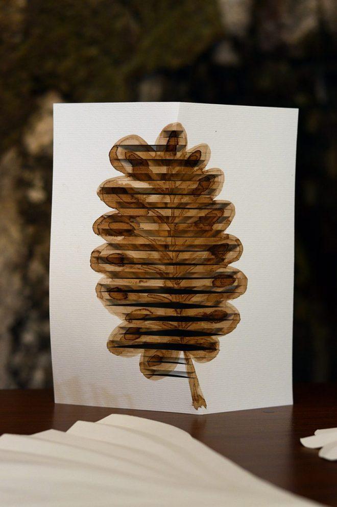 Découpage et brou de noix sur feuille de papier