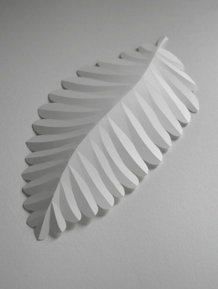 Pliage de feuille en papier avec la technique du bas refief