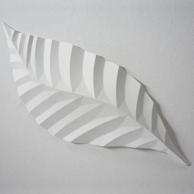 feuille d'arbre en papier blanc plié