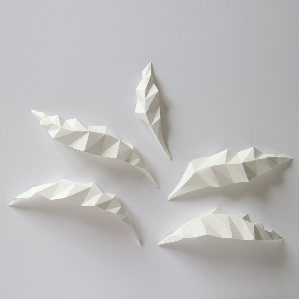 feuilles d'arbre géométriques en papier plié
