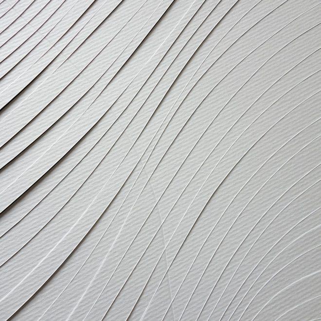 Découpes courbes en diagonale dans une feuille de papier aquarelle